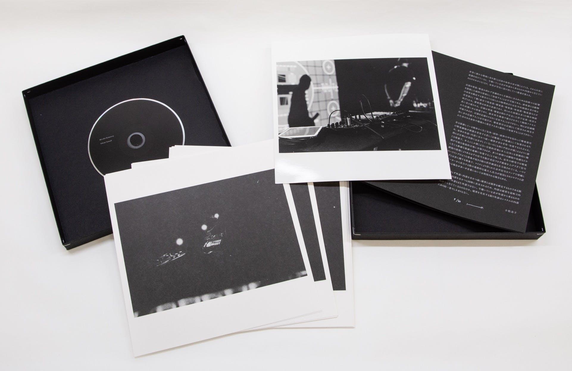 箱の内容は左から順にDVD、オフセット印刷写真15枚、ゼラチン・シルバー・プリント1点(サイン入り)、ブックレット(見本画像)
