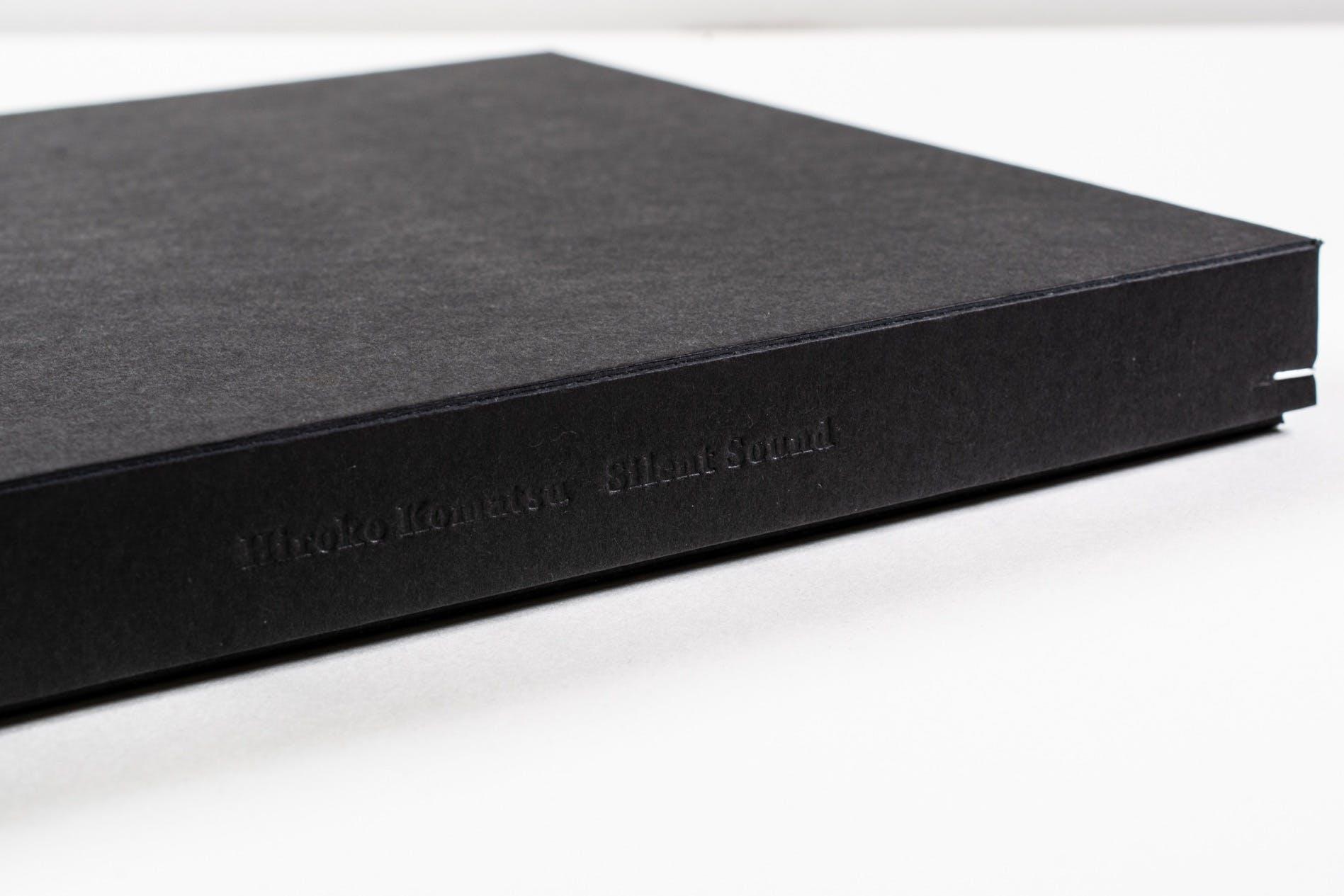 箱の側面には作家名とタイトルが箔押しされています
