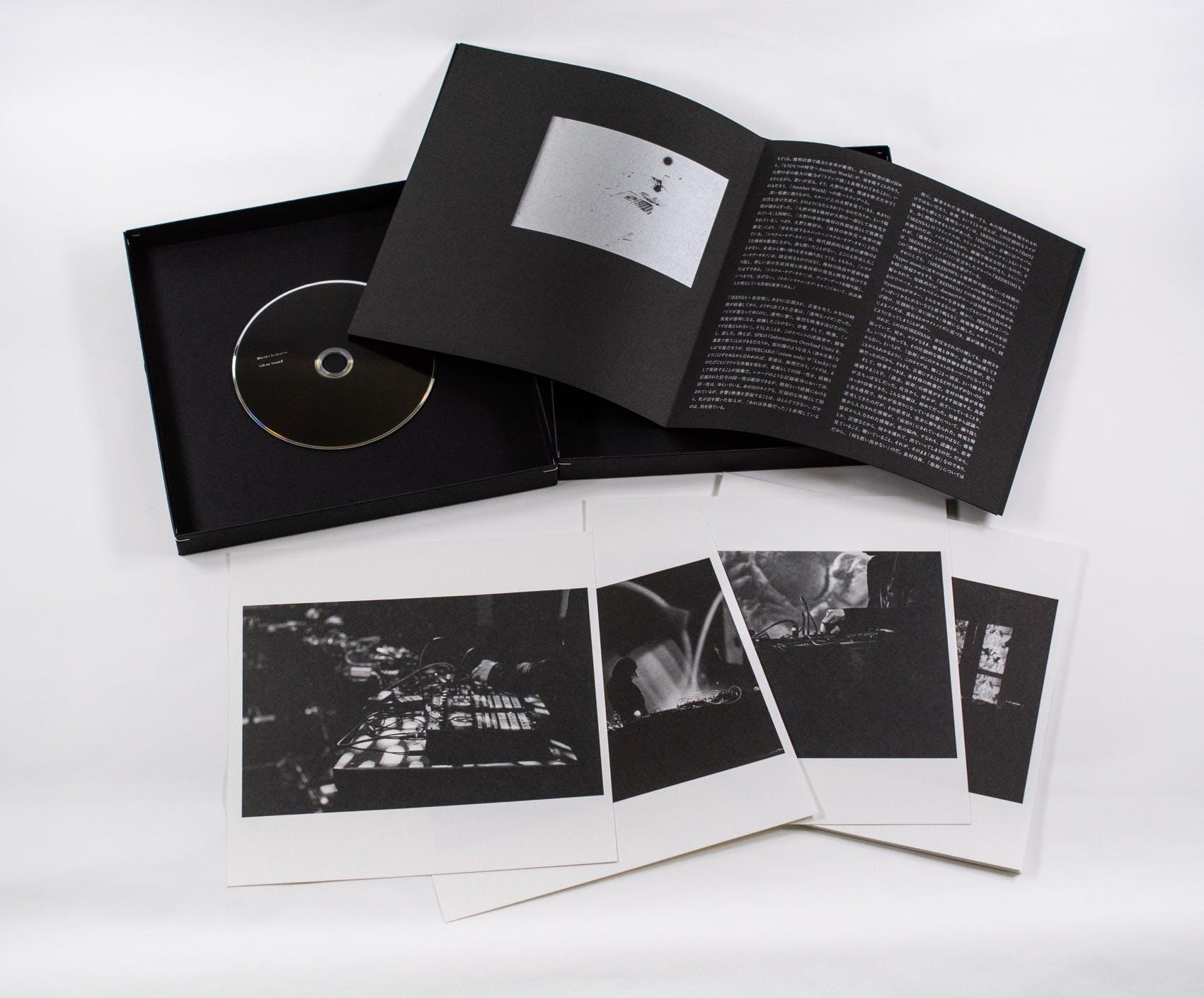 箱の内容は上段左から順にDVD、ブックレット、下段:オフセット印刷写真15枚(見本画像)